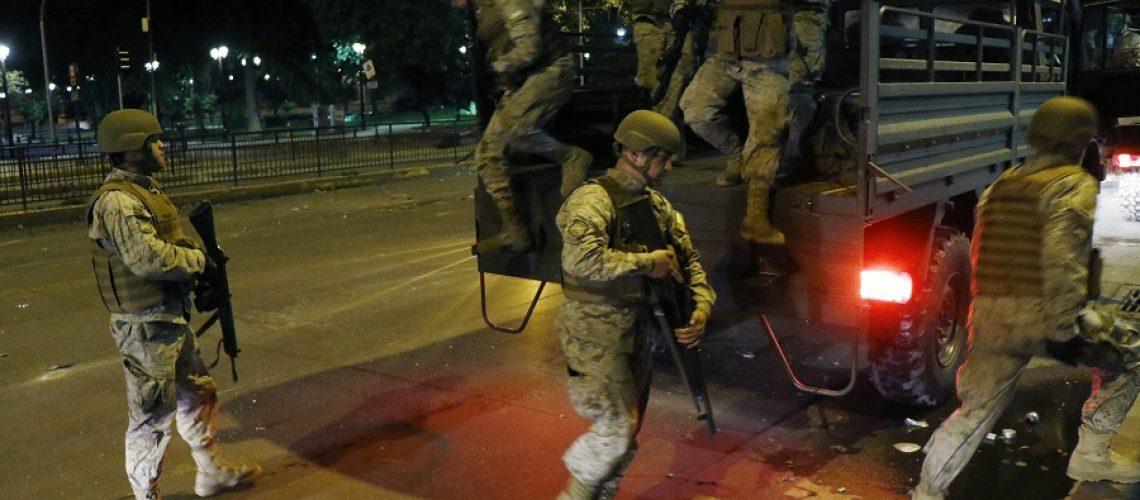 19 de Octubre de 2019/SANTIAGO  Militares comienzan a patrullar Santiago luego que el presidente decretara Estado de Emergencia  FOTO:MARIO DAVILA/AGENCIAUNO